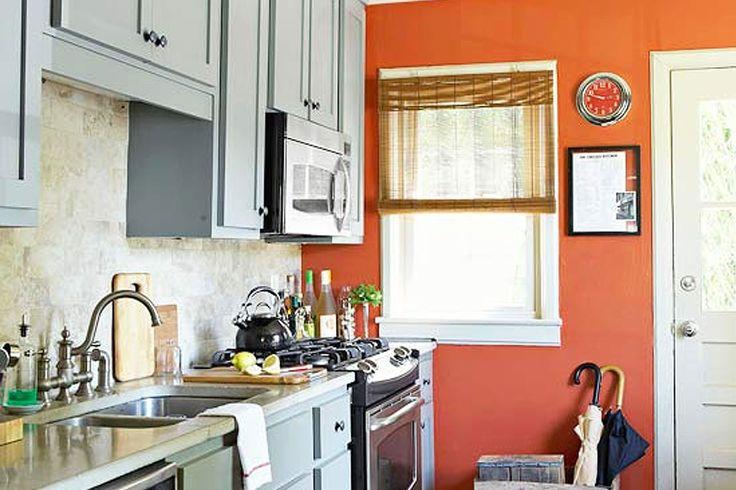 Usa as janelas como um local para padrão e cor numa cozinha onde os neutros reinam. Para criar uma aparência coordenada, usa um tecido que tenha uma cor que já existe na tua cozinha.    Neste exemplo, o tecido usado tem uns tons de cinza similares ao cinza dos armários. Usa sempre um tecido de fácil lavagem, pois terás que o lavar de tempos a tempos e para evitar a retenção de odores de cozinha.
