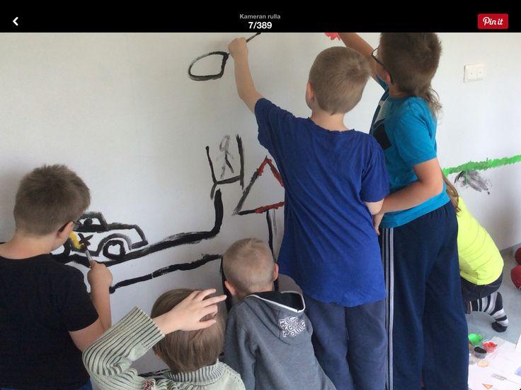 Viimeistä edellinen kouluviikko vanhassa koulussa sujui kuvataiteen merkeissä. Oppilaat maalasivat seinät ja ikkunat.