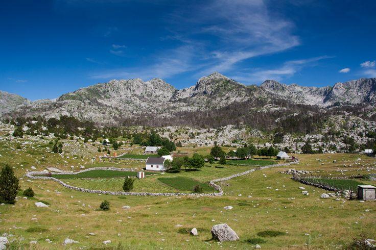 On our way to Bukumirsko lake. The mountains in Montenegro are beautiful!   Při cestě k Bukumirskému jezeru. Černohorská krajina je překrásná!