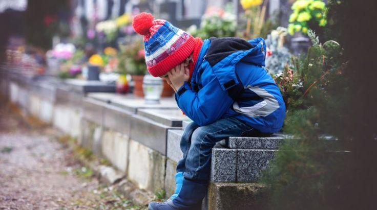 Ako dieťaťu vysvetliť smrť blízkeho? Zobrať ho na pohreb? Radí psychologička | Najmama.sk