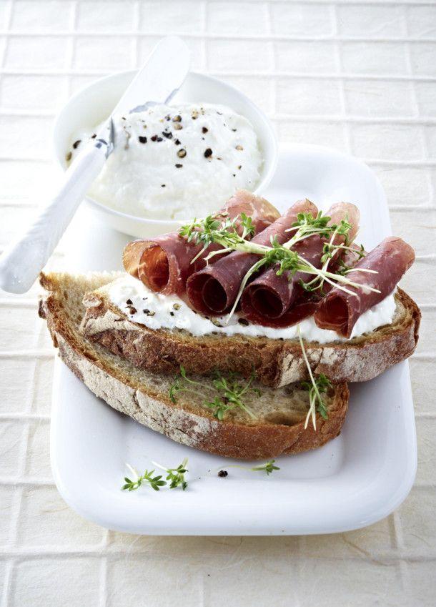 Unser beliebtes Rezept für Bauernbrot mit Meerrettich Quark und Bündnerfleisch und mehr als 55.000 weitere kostenlose Rezepte auf LECKER.de.