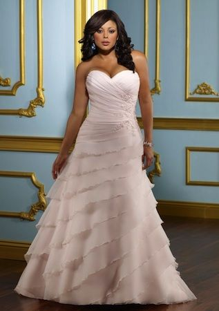 "Robe de mariée ""Celebrity"" collection ""Jolies Formes"" http://www.robe-discount.com/achat-robe-de-mariee-bustier-easy--387475.html"