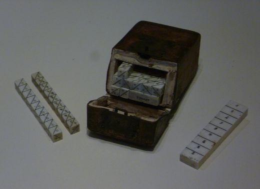 NAPIER-FÉLE SZÁMOLÓCSONTOK.  A készlet 10 darab pálcából állt, minden számjegy számára volt egy pálca. Egy adott pálcára a rajta lévő szám többszöröseit írták.