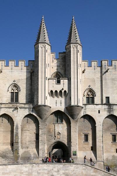 Façade du Palais des Papes à Avignon