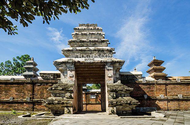 Kotagede merupakan saksi bisu dari tumbuhnya Kerajaan Mataram Islam yang pernah menguasai hampir seluruh Pulau Jawa. Makam para pendiri Kerajaan Mataram Islam, reruntuhan tembok benteng, dan peninggalan lain bisa kita temukan di Kotagede.