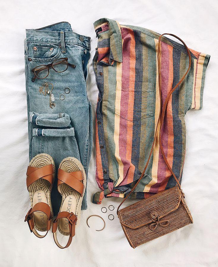 Locker gestreiftes Hemd mit kurzen Ärmeln + Girlfriend Jeans + Ledersandalen – Kleider