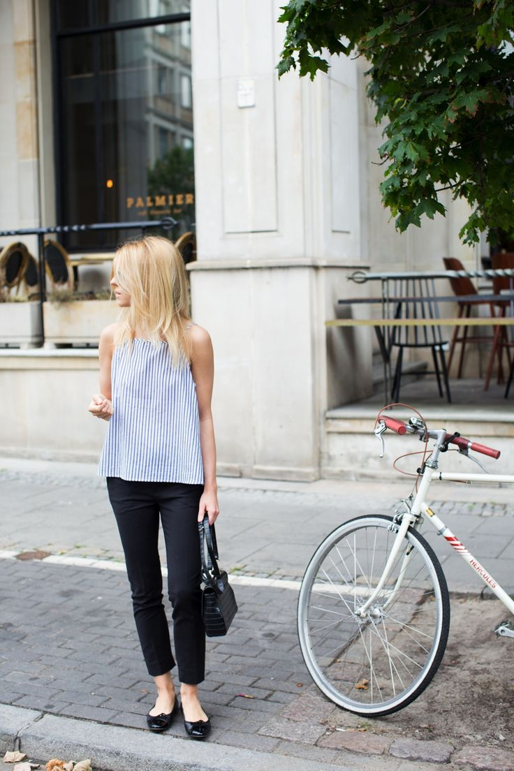 top / bluzka - COS trousers / spodnie - MLE Collection (kolekcja jesień/zima) flats / baletki - Pretty Ballerinas bag / torebka - Zara  Jest to odrobinę dziwne, że lato trwa w najlepsze, a ja od kilku dni żyłam jedynie swetrami i wełnianymi płaszczami. Większość modeli jesienno-zimowej kolekcji MLE Collection jest już gotowa, przyszedł więc czas na realizację kampanii reklamowej. Jak bardzo różniła się ta sesja od zdjęć, które przygotowuję na co dzień na potrzeby bloga!Profesjonalny…