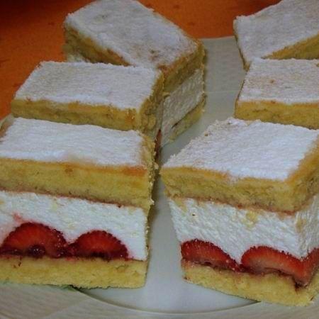 Egy finom Epres-túrós szeletek ebédre vagy vacsorára? Epres-túrós szeletek Receptek a Mindmegette.hu Recept gyűjteményében!