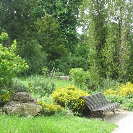 Photo of Parc de Bagatelle  http://hipparis.com/2014/08/13/exploring-the-bois-de-boulogne-an-oasis-of-green-on-paris-west-side/