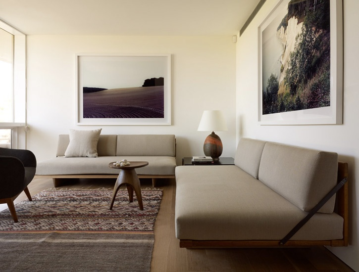 Robert Stilin. built in seating. Great for small space.: Living Rooms, Clean Line, Frames Photo, Robert Stilin, Cars Girls, White Frames, Studios Couch, Girls Style, Modern Interiors