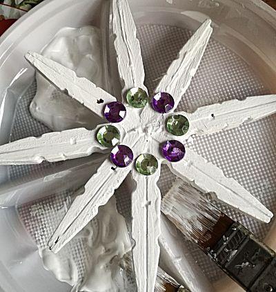 Sneeuwvlok van knijpers voor in aan het kerstraam