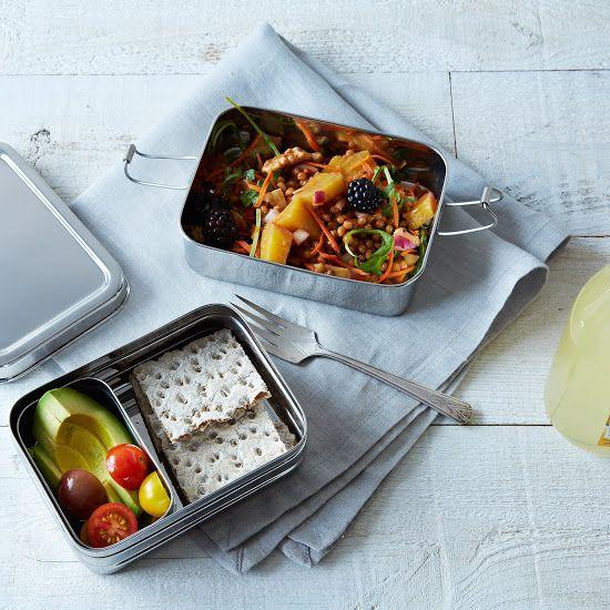 Ensalada de garbanzos, zanahoria y durazno acompañado de palta, tomatitos cherry y galletitas de sésamo.