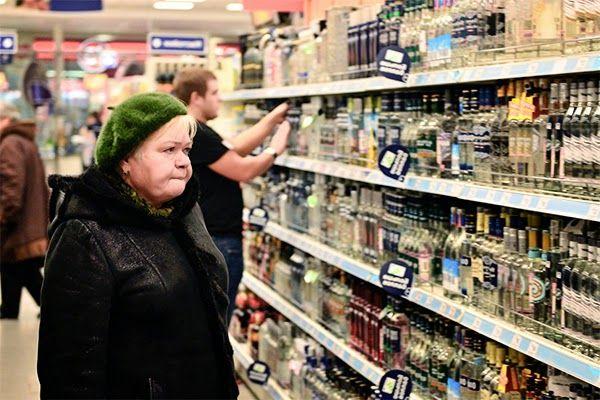 ΤΟ ΚΟΥΤΣΑΒΑΚΙ: Συνταξιούχος στο Κίεβο κλέβει  λουκάνικα και βότκα... Σύμφωνα με τα Ουκρανικά μέσα ενημέρωσης, στο Κίεβο η εξάπλωσης της κρίσης έχει ως αποτέλεσμα να αυξηθεί σημαντικά ο αριθμός των κλοπών. Τις περισσότερες φορές κλέβουν τρόφιμα και είδη ένδυσης από τα καταστήματα. Τα εγκλήματα διαπράττονται ως επί το πλείστον από συνταξιούχους.