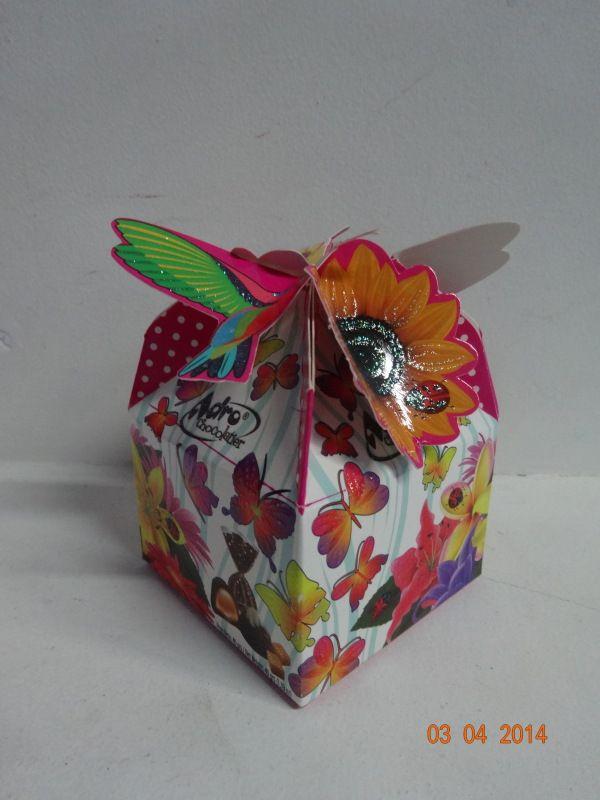 Caja de chocolates troquelada con flores y mariposas. #ChocolatesPersonalizadosCali #ChocolatesParaRegalarArmenia