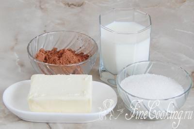 Шаг 1. В этот простой рецепт шоколадной глазури входят следующие ингредиенты: молоко, сахарный песок, несладкий какао-порошок и качественное сливочное масло