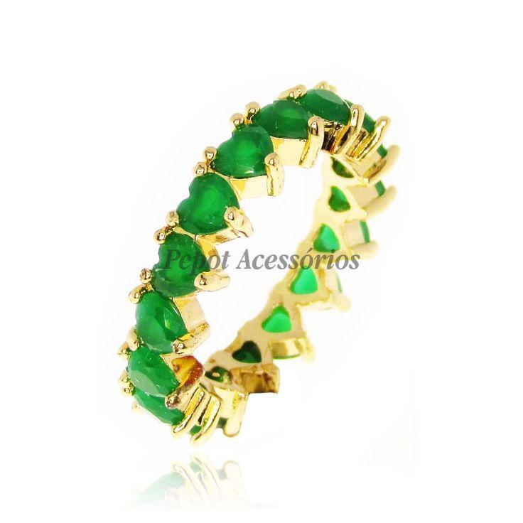 Os anéis de zircônia são lindos e delicados e combinam com tudo! Este modelo de de anel possui em toda sua volta cravação de pedras de zircônia em formato de coração na cor verde e banho na cor dourado. Esse modelo é perfeito para ser usado com outros anéis ou sozinho deixando o visual super romântico. Descubra o seu tamanho de anel clique aqui