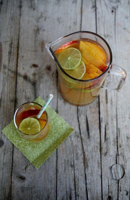Un cocktail fresco e fruttato, da bere senza moderazione in questi caldi giorni d'estate. Ingredienti per 4 persone: 4 cm di zenzero fresco, 3 cucchiai di zucchero di canna, 2 lime, 250ml di succo d'ananas, 750ml di succo di mela, 1 pescanoce. Sbucciate lo zenzero e grattugiatelo. Mescolatelo con lo…