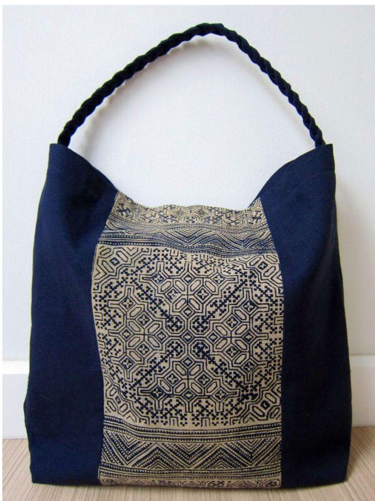 Bolsa artesanal, en tonos azules