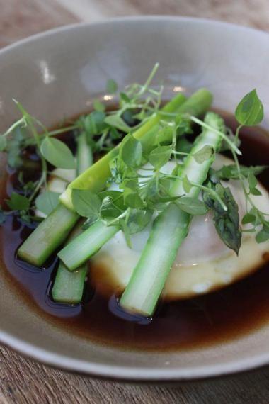 Groene asperges met een hoeve-eitje en bouillon van soja http://njam.tv/recepten/groene-asperges-met-een-hoeve-eitje-en-bouillon-van-soja
