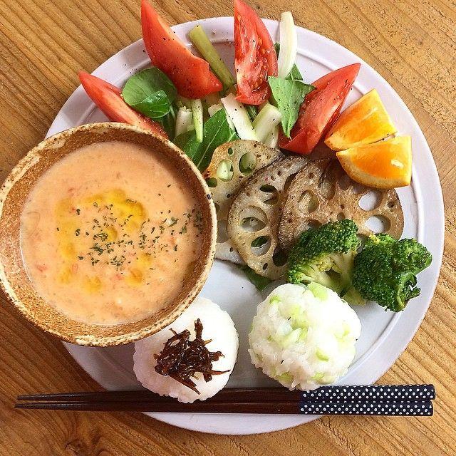 Today's breakfast. Japanese style. ・シェアメイトあっこちゃんに頂いた釘煮を乗っけたおにぎり ・自家製玉ねぎと#トマトのポタージュ ・青梗菜とトマトサラダ ・ブロッコリーと蓮根の素焼き、伊予柑 #breakfast#japanesebreakfast#トマトポタージュ#おにぎり#washoku#riceball#和食#和ンプレート#朝ごはん#あさごはん#Rimout#リモウト#Noisette#ノワゼット#oneplate#ワンプレート#onigiri#instafood#pukugohan
