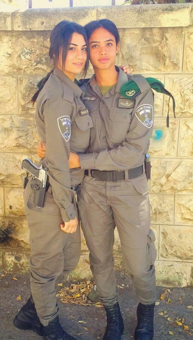 Israeli women kissing — photo 3