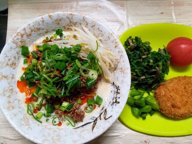 今日の夕ご飯 冷やし担々麺  セリのお浸し ネギ坊主の酢味噌和え コロッケ トマト