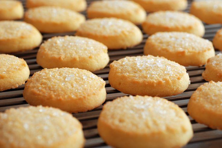Ingrédients : - 250 g de farine type 55 - 175 g de beurre froid - 1 jaune d'oeuf - 100 g de sucre en poudre - 1 cuillère à café d'extrait de vanille liquide - 1 pincée de sel Enrobage - 1 jaune d'oeuf - 50 g de sucre cristallisé Préparation : - Tamiser …