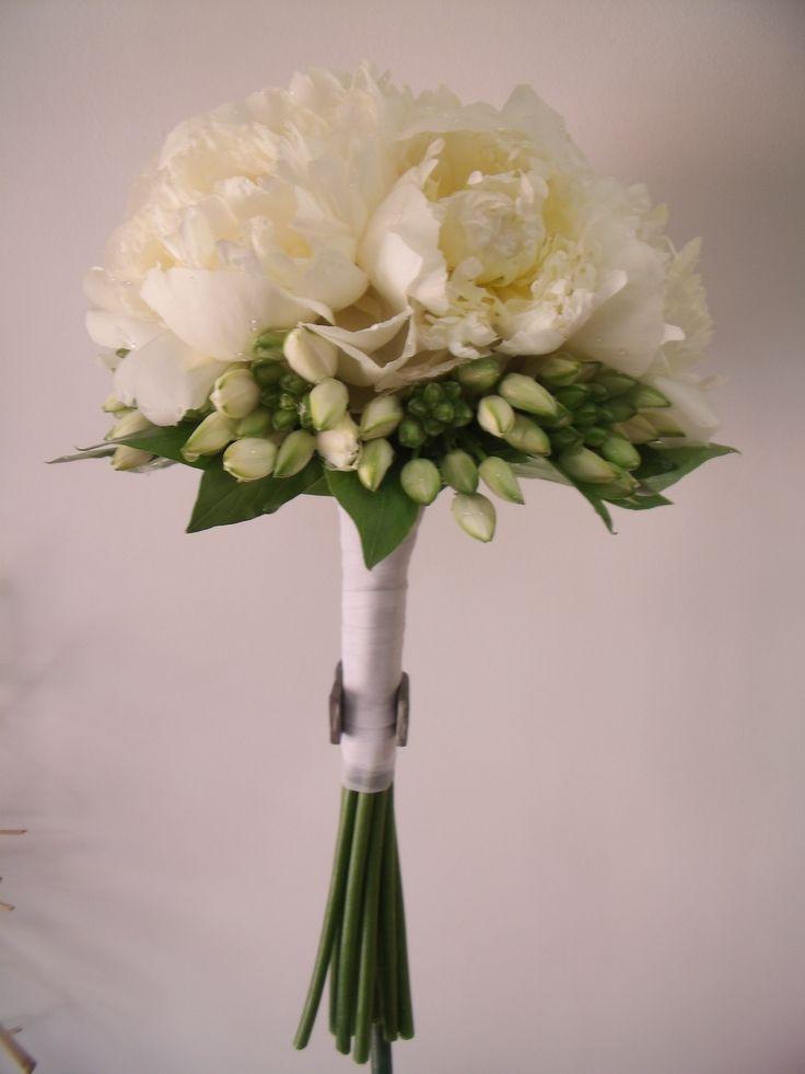 Floristeria Alameda en Cartagena.Ramo de novia de peonias blancas acompañado con flor de ornithogalum blanco