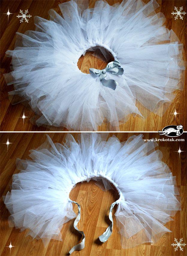 Kostuum De Sneeuwvlokjes: knoop aan een mooi wit of lichtblauw lint lange stroken witte tule en knoop de tutu met een mooie strik vast. Klik op 'bezoeken' voor een uitgebreide DIY-instructie.
