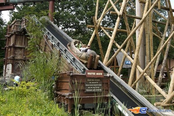 4/10 | Photo de l'attraction Menhir Express située au @ParcAsterix (France). Plus d'information sur notre site www.e-coasters.com !! Tous les meilleurs Parcs d'Attractions sur un seul site web !!