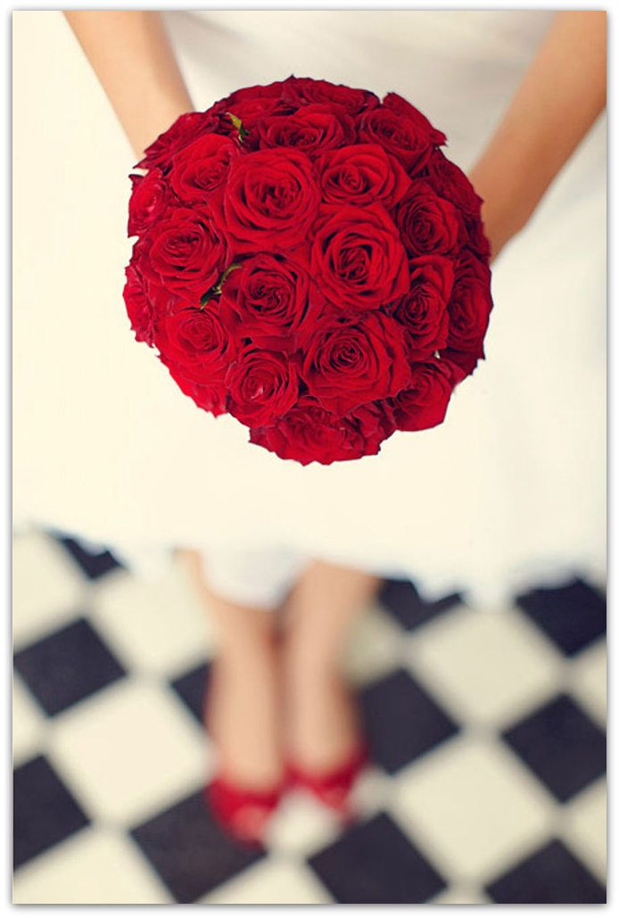 ¿Quieres una boda vintage? Clave 2: El rojo intenso es perfecto para evocar décadas pasadas. ¿Prefieres la rosa en una rosmelia o un bouquet?. Incluye el rojo en tu vestuario y en tus labios. Descubre todos los secretos de un ramo vintage aquí
