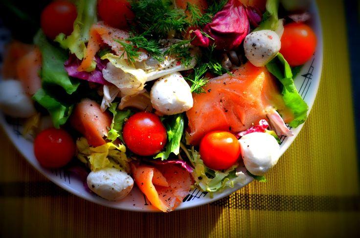 Taste me! Eat me!: Sałatka z mozzarellą, wędzonym łososiem i pomidork...