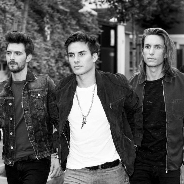 The roots of Spanish pop group Dvicio go back to 2009, when its members -- Andrew and Martin Ceballos (vocals and bass, respectively), Alberto Gonzalez (guitar), Luis Gonzalvo (drums), and Nacho Gotor (guitar) –- played in a band called Tiempo Limite.