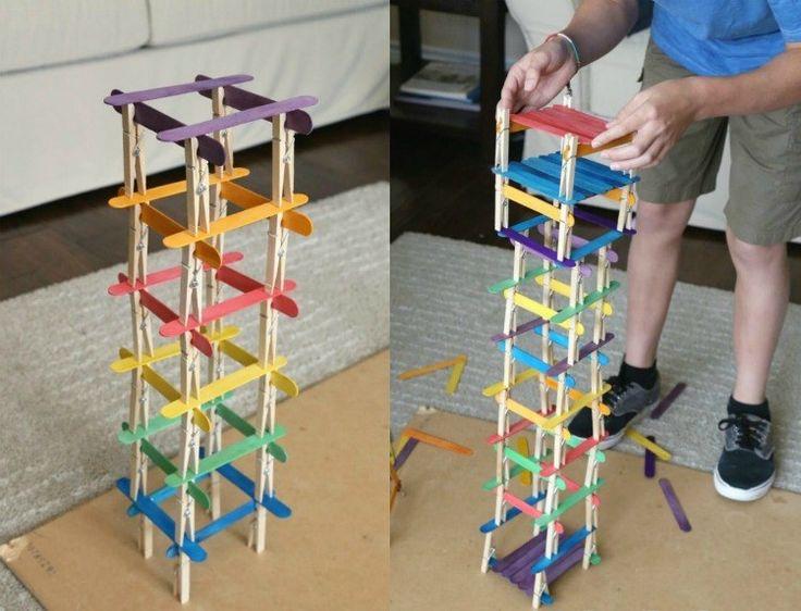 Türme aus Naturmaterialien, wie Wäscheklammer und Spatel aus Holz bauen