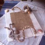 Ξύλινος δίσκος σε λευκό χρώμα τα χερούλια είναι από καραβόσκοινο με λινάτσα θαλασσοξυλα και κοχύλια