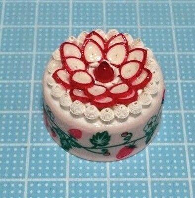 「クイリング☆キャップで作るイチゴケーキのマグネット」春の旬のフルーツであるイチゴをたっぷりと使ったクイリングです♪ めっちゃ安上がり(*´ェ`*)[材料]タント紙(白・赤)/マスキングテープ/両面テープ/ペットボトルキャップ/強力磁石/粘土