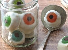 Halloween Eyeball cookies: White chocolate-dipped sandwich cookes, gummy lifesavers and chocolate chips!