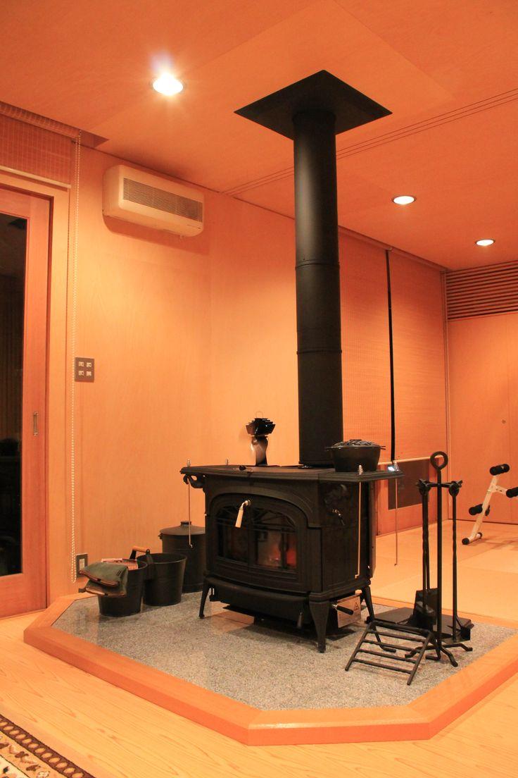 京都府京都市K様邸。まるで音楽スタジオのような雰囲気で設置された施工事例です。薪ストーブが楽器のようです。  #woodstove #encore #vermontcastings #likeamusicstudio