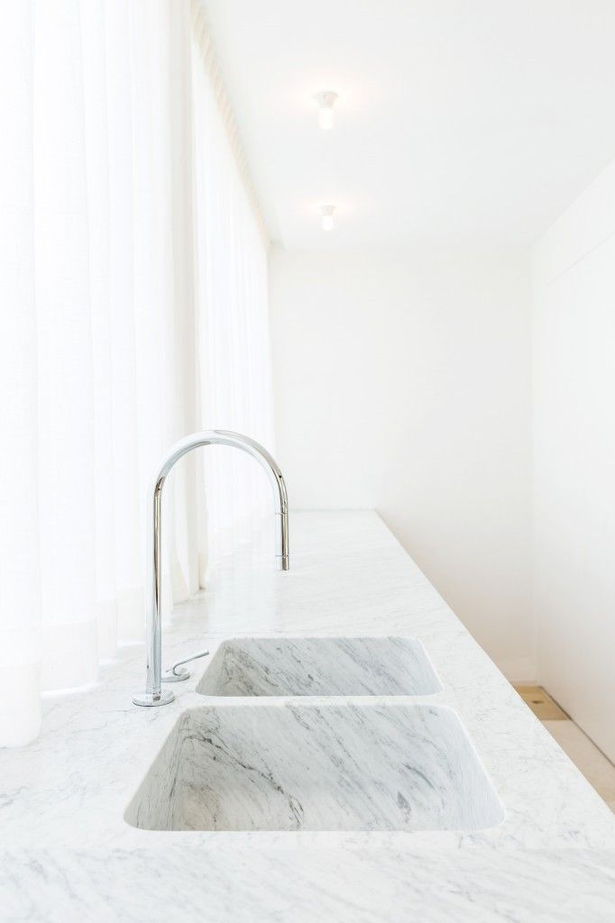The clean beauty of this white marble makes this a stunning kitchen counter. Great materials always go a long way in making a look outstanding.