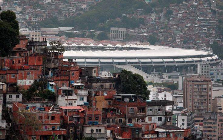 Maracanã por trás da favela.