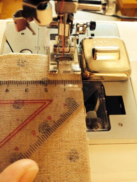 ミシン掛けの時、印を付けなくてもまっすぐ縫える方法の紹介です。とっても簡単な方法なので、ミシン掛けの時にぜひお試し下さい♪