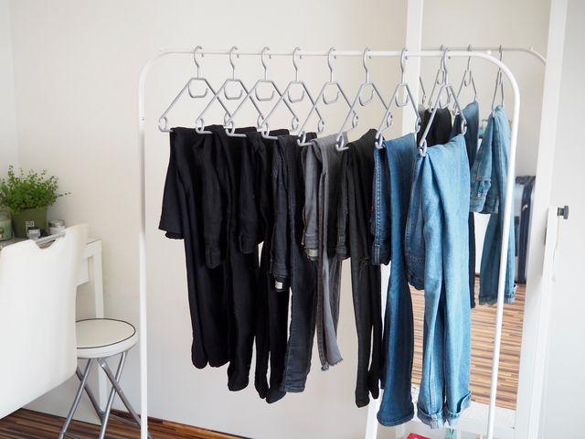 Klasické černé kalhoty /Mango/,Černé skinny jeans /Cheap Monday, Topshop/, Šedé potrhané džíny /Brandy Melville, Topshop/,Levisky /Levi's/, Originální kalhoty /Topshop/