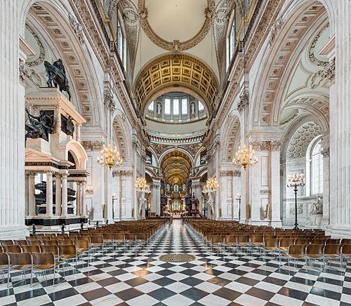 De St Paul's is de grootste kathedraal in Londen, ontworpen door Chistopher Wren en duidelijk geinspireerd door de St-Pietersbasiliek in Rome.