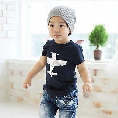 Cool T-Shirt - BabyKidz.    Super cool t-shirt til drenge med flot sølvprint af fly.    Se mere på www.babykidz.dk