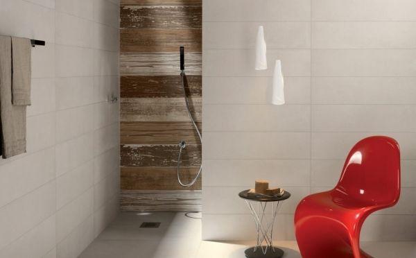 carrelage mural aspect pierre naturelle dans la salle de bains avec douche à l'italienne et chaise Panton rouge
