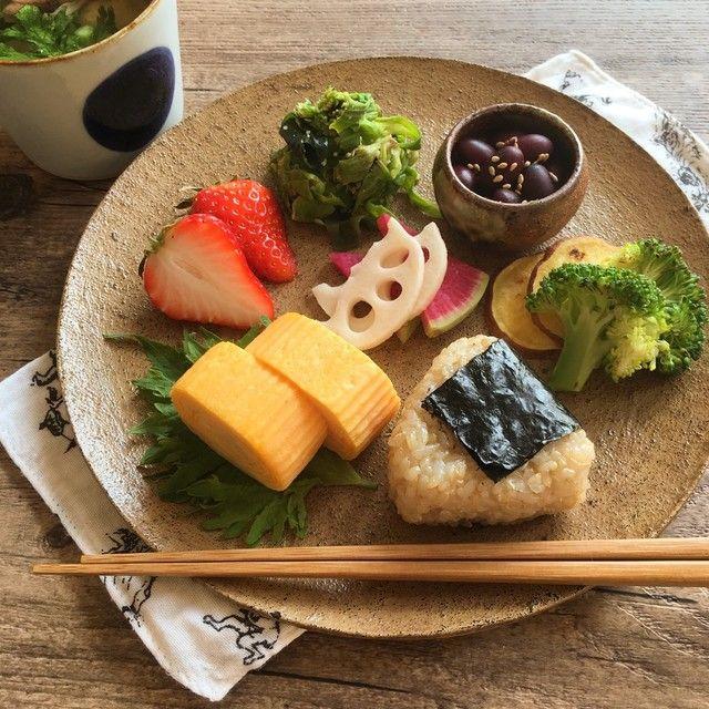 ある日の朝ごはん:  おにぎり(噛み切りやすい海苔) 、手作りお手軽ぬか床、酢大豆*白ワインビネガー使用、発芽玄米おにぎり、玉子焼き、ふきのとう.わかめのピーナツ和え、さつま芋とブロッコリーのじっくり焼き、おから入り鰯のつみれ汁(きのこ.春菊)