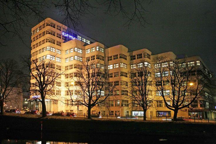 Shellhaus Reichpietschufer - Das Grundstück, auf dem man in den Jahren 1929 bis 1931 das Gebäude errichtete, wurde von der Königin-Augusta-Straße (heute Reichpietschufer), der Bendlerstraße (jetzt Stauffenbergstraße) und der Regentenstraße (heute Hitzigallee) begrenzt. Den spitzen Winkel des Grundstücks nahm der Architekt zum Anlaß, die zum Wasser gewendete Fassade in Stufen zurückzunehmen, wodurch ein außerordentlich belebtes Bild entstand. (Ansicht bei Nacht, 2009)
