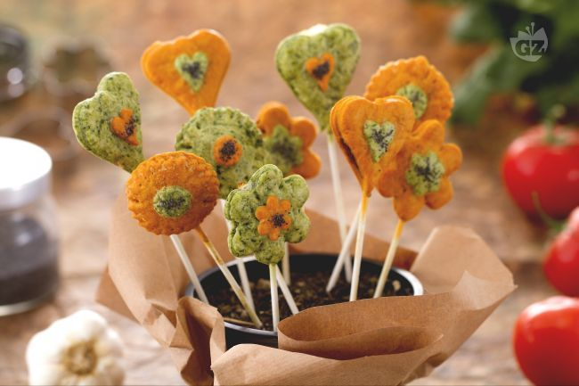 I pie pops sono piccole tortine su stecco realizzate con della pasta brisèe colorata e farcita con un ripieno sfizioso.