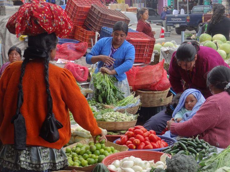 Le marché de Chichicastenango est le plus grand marché du Guatemala. Ce marché n'a pas lieu tous les jours comme dans la plupart des villes du Guatemala, il a lieu seulement le jeudi et le dimanche. Préférence pour le dimanche ou la ville devient irréel avec la population très croyante qui s'empare des différentes églises. Chicicastenango compte 66 000 habitants, elle est perché à plus de 2 172m d'altitude.