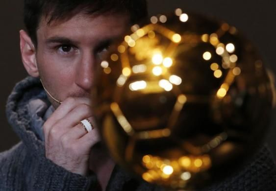 FIFA Men's Ballon d'Or of the Year 2012 nominee Lionel Messi of Argentina looks at the trophy during a news conference before the FIFA Ballon d'Or 2012 soccer awards ceremony at the Kongresshaus in Zurich, Switzerland, January 7, 2013.  REUTERS/Michael Buholzer
